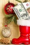 El dinero en la bota de las bolas de Santa Claus y de la Navidad Imagen de archivo