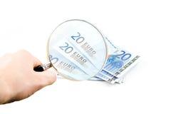 El dinero euro aislado bajo el vidrio de lectura guardó i Imagen de archivo libre de regalías