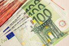 El dinero, euro, 100 euros, mucho dinero, hace vida mejor, moneda del intercambio del banco imagen de archivo libre de regalías