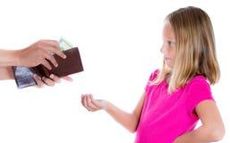 El dinero exigente de la muchacha adorable para el permiso, individuo saca el dinero de la cartera para darla Fotos de archivo