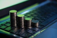 El dinero financiero del negocio acuña en el teclado, comercio en línea de la acción, Imagen de archivo libre de regalías