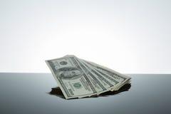 El dinero habla cientos billetes de dólar Imagenes de archivo