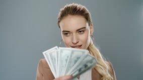 El dinero que lanza feliz de la mujer de negocios aprovecha la cámara lenta Empresaria rica almacen de metraje de vídeo