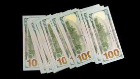 El dinero se convierte en más en un fondo negro El ganar en los índices de dólares almacen de video