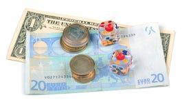El dinero y corta en cuadritos aislado en el fondo blanco Fotos de archivo