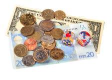 El dinero y corta en cuadritos aislado en el fondo blanco Fotografía de archivo