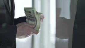 El director de la oficina que toma billetes de dólar grandes de la cantidad después de negocio sale, venta de la compañía almacen de metraje de vídeo