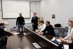 El director general de Vitrulux Bronislav Gorlinsky habla con la prensa Imágenes de archivo libres de regalías