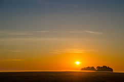 El disco del sol que sube en la niebla de la madrugada en rural es Imágenes de archivo libres de regalías