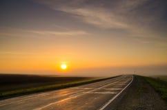 El disco del sol que sube en la niebla de la madrugada en rural es Fotografía de archivo