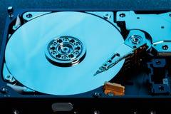 El disco duro desmontado del ordenador, hdd con efecto del espejo abrió el disco duro del hdd del ordenador con la pieza de los e foto de archivo libre de regalías