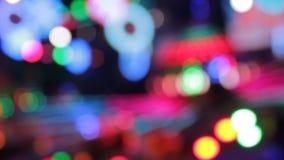 El disco enciende los colores de la noche del parque de atracciones del funfair de Synthwave del parque de atracciones almacen de video