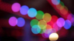 El disco enciende los colores de la noche del parque de atracciones del funfair de Synthwave del parque de atracciones almacen de metraje de vídeo