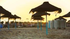 El disco solar desaparece detrás de casas durante puesta del sol en la playa de Malvarrosa Valencia, España almacen de video