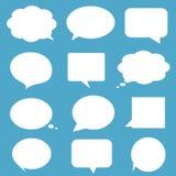 El discurso blanco vacío en blanco burbujea en backgroun azul Fotografía de archivo libre de regalías