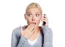 Discurso en muchacha chocada teléfono Fotos de archivo