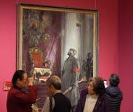 El discusión apasionado de la gente delante de una pintura nombrada el ` el día es perdido ` Imágenes de archivo libres de regalías