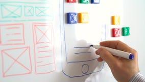 El diseñador de aplicación móvil está trabajando en el interfaz del sistema operativo moderno almacen de metraje de vídeo