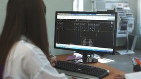 El diseñador de la muchacha de redes y de circuitos eléctricos crea un plan