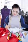 El diseñador de moda serio dibuja bosquejo Fotos de archivo libres de regalías