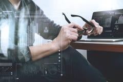 El diseñador del sitio web que sostiene el ordenador portátil de trabajo del ordenador de la lente encendido corteja Fotos de archivo libres de regalías