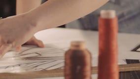 El diseñador dibuja una línea en el papel Dibujo y pintura de las mujeres primer almacen de metraje de vídeo
