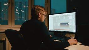 El diseñador joven 3d está trabajando en el modelo 3d almacen de metraje de vídeo
