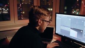 El diseñador joven 3d está trabajando en el modelo 3d metrajes