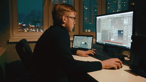 El diseñador joven 3d está trabajando en el modelo 3d almacen de video