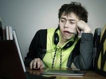 El diseñador joven el hombre era cansado trabajar Fotografía de archivo