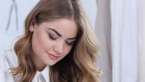 El diseñador pinta bosquejos hermosos de la ropa, ella es acertada y joven Cierre para arriba metrajes