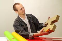El diseñador produce la carta tridimensional. Fotos de archivo libres de regalías