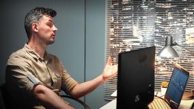 El diseñador video profesional rechaza el comentario del colega sobre su proyecto video almacen de metraje de vídeo