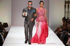 El diseñador y el modelo camina la pista en el desfile de moda de Anthony Rubio durante la semana 2016 de la moda de Nueva York d Foto de archivo