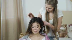 El diseñar del pelo del tiempo de la belleza del ocio de los amigos almacen de metraje de vídeo