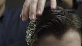 El diseñar profesional del pelo del acabamiento del peluquero almacen de video
