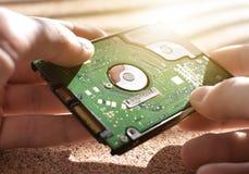 El diseño de ingeniería lleva a cabo el disco duro Reparación del material informático memoria Taller de reparaciones Imagen de archivo