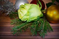 El diseño de tarjeta del Año Nuevo con las bolas subió, del abeto y de la Navidad. Fotos de archivo