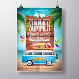 El diseño del aviador del partido de la playa del verano del vector con la furgoneta del viaje y el tablero de resaca en el océan Imágenes de archivo libres de regalías