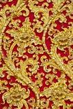 El diseño del estuco del oro de estilo tailandés nativo en Foto de archivo