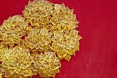 El diseño del estuco del oro de estilo tailandés nativo en Imagenes de archivo