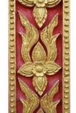 El diseño del estuco del oro de estilo tailandés nativo en la pared Fotos de archivo libres de regalías