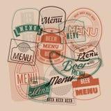El diseño del menú de la cerveza con las etiquetas retras de la cerveza sella Ilustración del vector Fotos de archivo libres de regalías