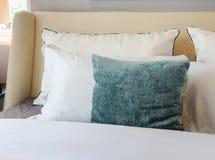 El diseño interior del dormitorio con las almohadas blancas y verdes en blanco sea Fotos de archivo libres de regalías