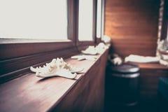 El diseño interior del vintage adornó elementos náuticos en cabina rústica Imágenes de archivo libres de regalías