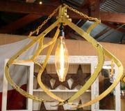 El diseño interior ecléctico de la decoración del vintage con viejo batió para arriba la grúa del heno hecha en la lámpara Imágenes de archivo libres de regalías