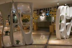 El diseño interior, las curvas modernas plásticas blancas empareda el divisor Fotografía de archivo