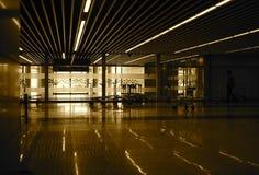El diseño interior y un lugar vacante almacenan la fotografía foto de archivo libre de regalías