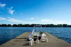 El diseño para la sesión fotográfica de la boda en el muelle el río, en el color azul blanco Fotografía de archivo