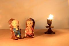 El diseño y la vela clásicos de localización de la silla de la muñeca preciosa del abuelo con la vela ligera entonan iluminación  Fotos de archivo